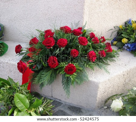 grave with red roses