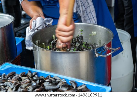 Great Lille Braderie (Braderie de Lille).Restaurant staff prepare traditional dish on Lille braderie, mussels and fries (moules frites). Stockfoto ©