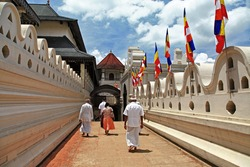 greatest buddhists landmarks - Kandy, Tooth temple, people go on ceremony