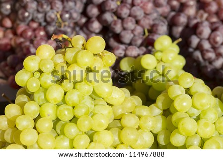 green and rose grapes