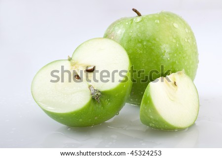 Green apple and the cut apple