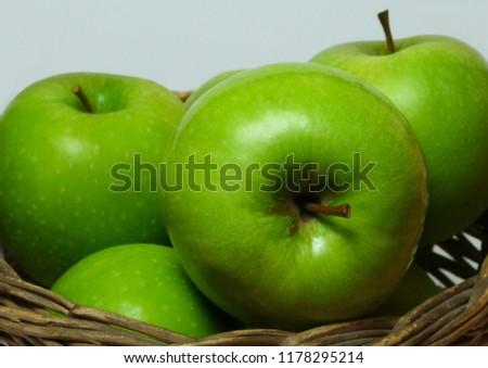 Green apples in basket Stok fotoğraf ©