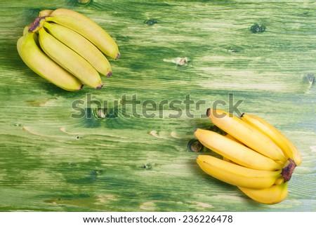 green banana in the upper left corner of the yellow banana in the lower right corner on the green chalkboard