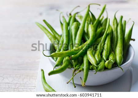 Green beans in white bowl on cutting board. Stockfoto ©