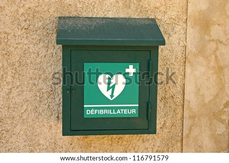 Green box with defibrillator (defibbrillateur) in France