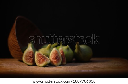 green figs standing on the cutting board. Stok fotoğraf ©