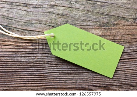 green label on wooden ground/green/label