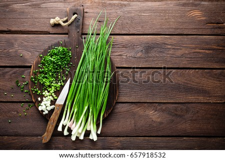 Green onion or scallion on wooden board, fresh spring chives Foto stock ©