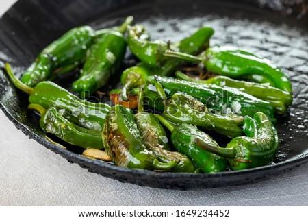 green pimientos de padron with sea salt  Foto stock ©