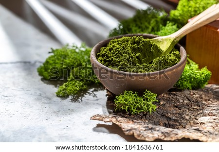 Green powder chlorella, spirulina on gray concrete background. Concept dieting, detox, healthy superfood, which contains protein. Copy space. Foto stock ©