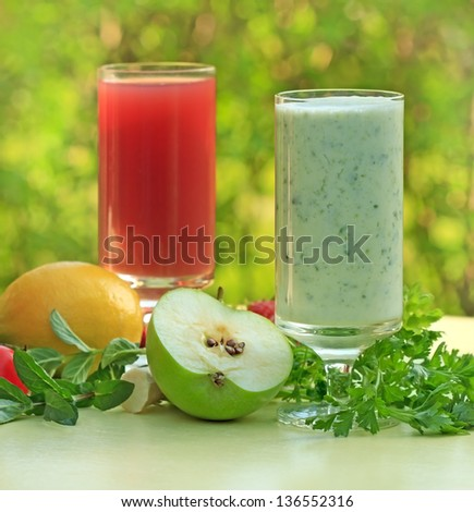 Green smoothie and strawberry juice