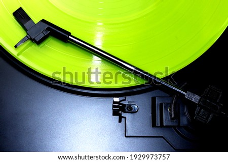Green vinyl record spinning on a turntable - gramophone needle - directly above Foto stock ©