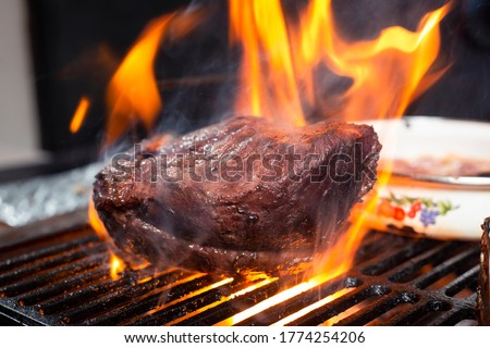 Grilled beef steak with flames, barbecue at home -delicious flaming picaña meat Foto stock ©
