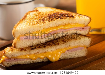 Grilled ham and cheese. Sandwich with cheese and ham on grill. Foto stock ©