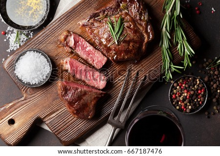 Grilled ribeye beef steak with red wine, herbs and spices. Top view Foto stock ©