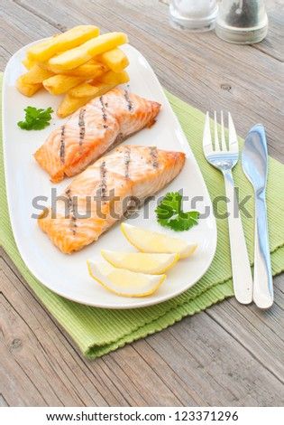 Grilled salmon fillets with chips