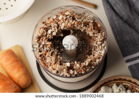 Ground meat, offal, carrots - natural food for cats or dogs  Foto stock ©
