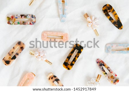 Group of Acrylic and Pearl Hair Clips on White Linen Background, Direct Sunlight, Women's Modern Hair Accessories, Resin Barrettes Stockfoto ©