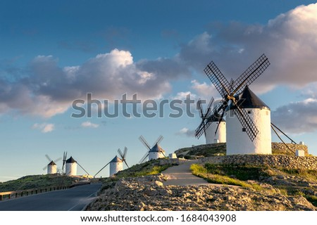 Group of ancient windmills in the town of Consuegra (Spain), on the route of the Don Quixote and Cervantes mills, at sunset. Foto stock ©
