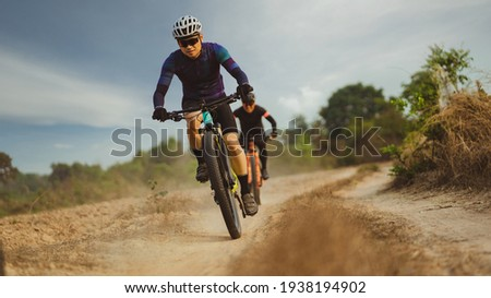 Group of Asian cyclists, they cycle through rural and forest roads. Foto d'archivio ©