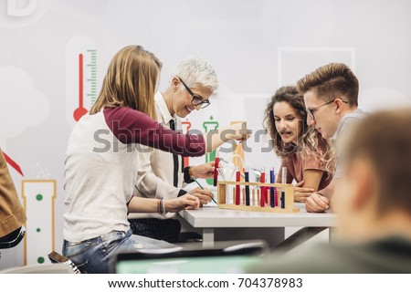Group of high school students doing science experiments with their chemistry teacher. Foto stock ©
