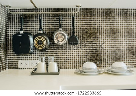 Group of kitchenware arrangement at the corner of the kitchen in hotel suite room. The household kitchen was designed for preparing and cooking meals. Foto stock ©