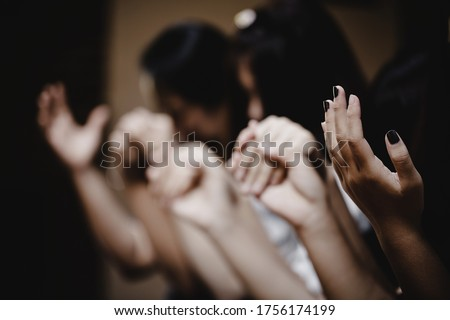 Group of people praying worship believe. soft focus, praying and praise together at home. devotional or prayer meeting concept. Foto stock ©