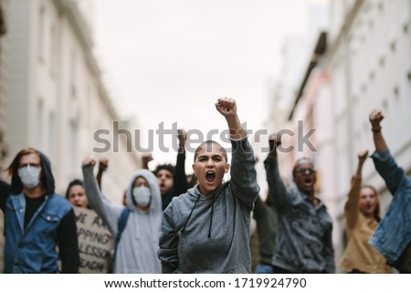 Group of people protesting and giving slogans in a rally. Group of demonstrators protesting in the city. Foto stock ©