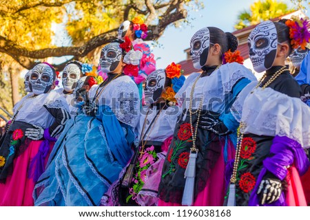 Group of unrecognizable women wearing traditional sugar skull masks and costumes for Dia de los Muertos celebration Foto stock ©