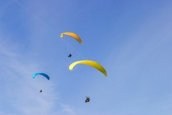 Group with paragliders at the sky