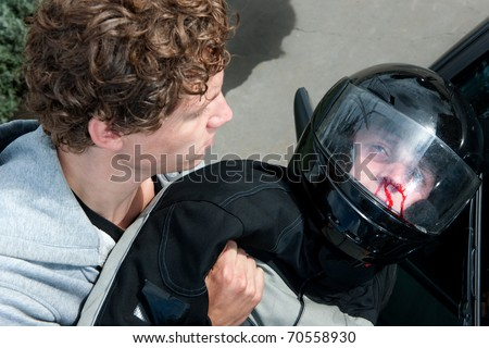 Gruesome image of a bystander lifting the lifeless body of a motorist ...