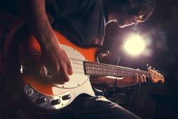 guy playing bass, guitar close-�³�·