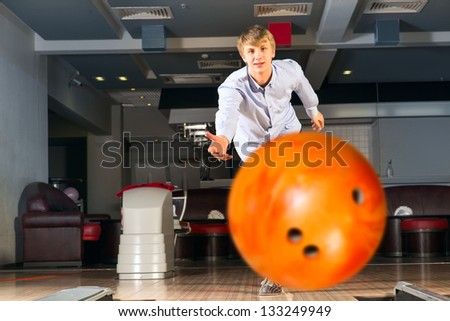 guy throws the ball, bowling, watching the ball flying