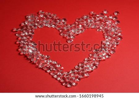 Gyémántokból szív elem piros háttér. Szimbólumok a szerelem boldog nők, anya, Valentin-nap, születésnapra Stock fotó ©