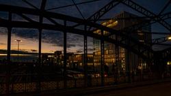 Hackerbrücke in München mit Sonnenuntergang und abendlicher Stimmen und menschen auf der Brücke