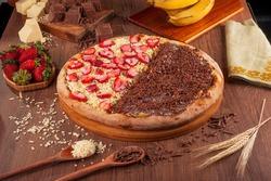 Half to half pizza strawberry with white chocolate and banana with chocolate - Traditional brazilian pizza de morango com chocolate branco e banana com chocolate.