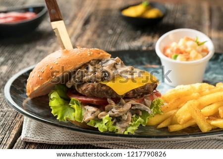hamburger ve kızarmış patates lezzetli ve nefis yemek fast food Stok fotoğraf ©