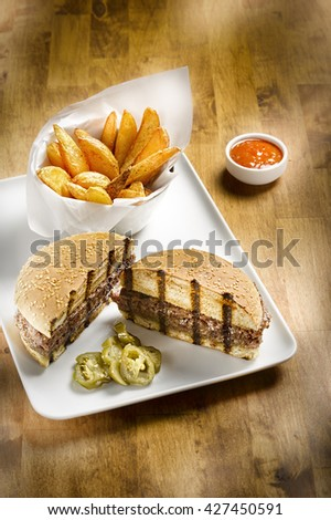 hamburger with chips on a wooden table Stok fotoğraf ©