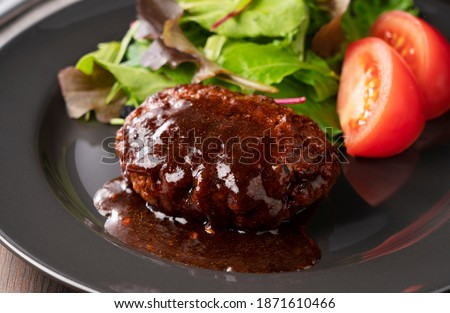 Hamburger with demi-glace sauce served on a plate placed on the table Photo stock ©