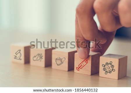 hand arranging on wooden cube of covid-19 spread to 2021 years which hope to found vaccine of corona virus, choose the right vaccine to treat the patient to get well better and delivery around world Foto d'archivio ©