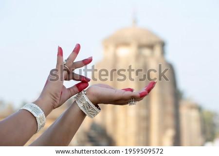 Hand Gesture or Hasta Mudra of Indian classical Dance odissi at Lingaraja temple  Foto stock ©
