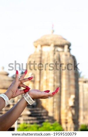 Hand Gesture or Hasta Mudra of Indian classical Dance odissi at Lingaraja temple backdrop Foto stock ©