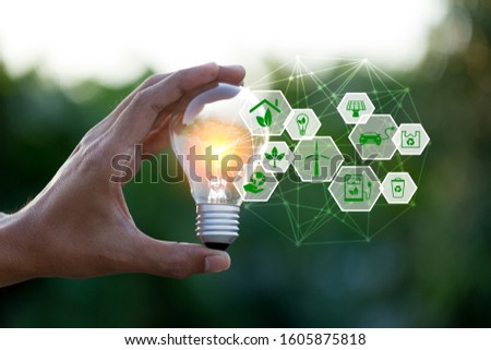 Hand holding light bulb with icons energy sources for renewable,love the world concept. Foto stock ©