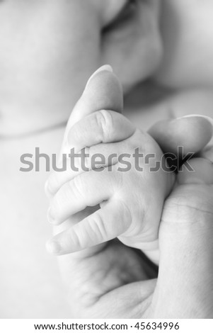 hand of the child in the hand of the mother