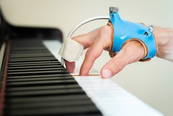hand rehabilitation with focal dystonia in a piano keyboard with splint