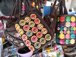 Handbag display ni an open market.