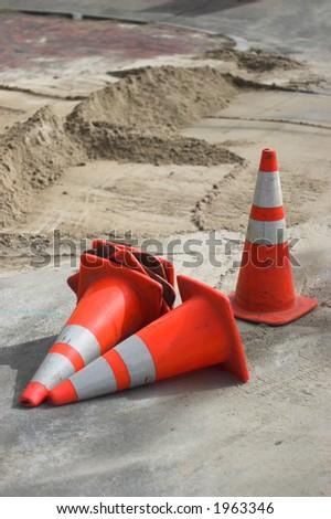 handeln Sie Kegel, scatered auf einer Straße Arbeit Site - stock photo