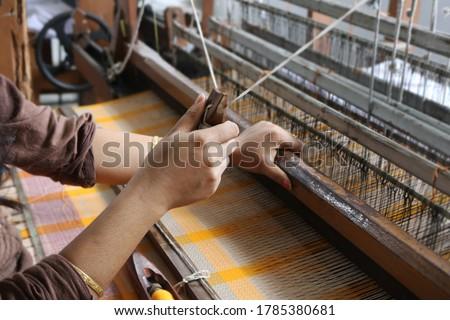 Handloom weaver in India working in her loom Photo stock ©