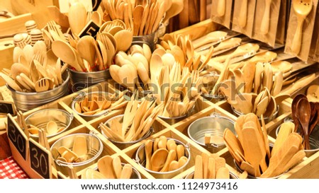 Handmade wooden cutlery exposed in a market Foto d'archivio ©