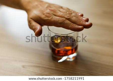 Hands covers with a palm a glass of whiskey To stop drinking. Alcoholism concept. Stop alcohol addiction. Addicting to alcoholic drink. Foto stock ©